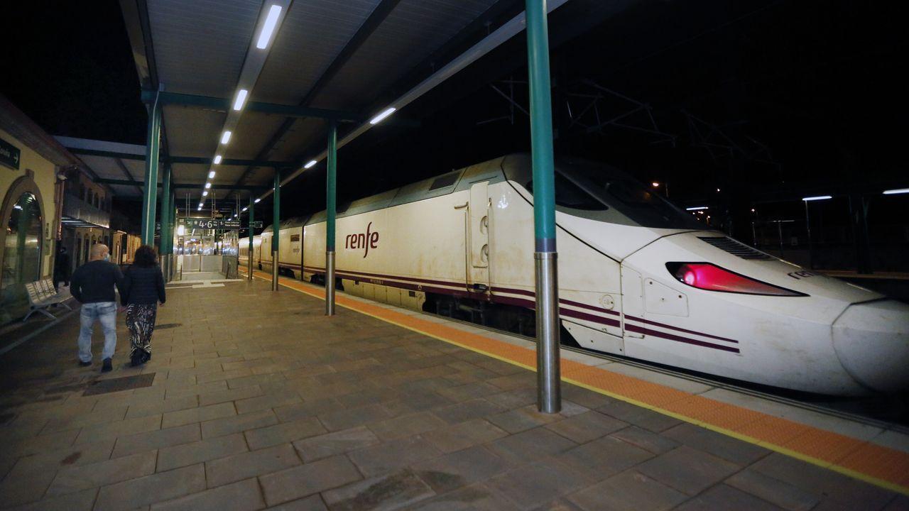 Llegada del tren Alvia con destino Madrid a Vilagarcía.Obras del ADIF para asentar la vía en la zona del derrumbe, en As Xubias, A Coruña
