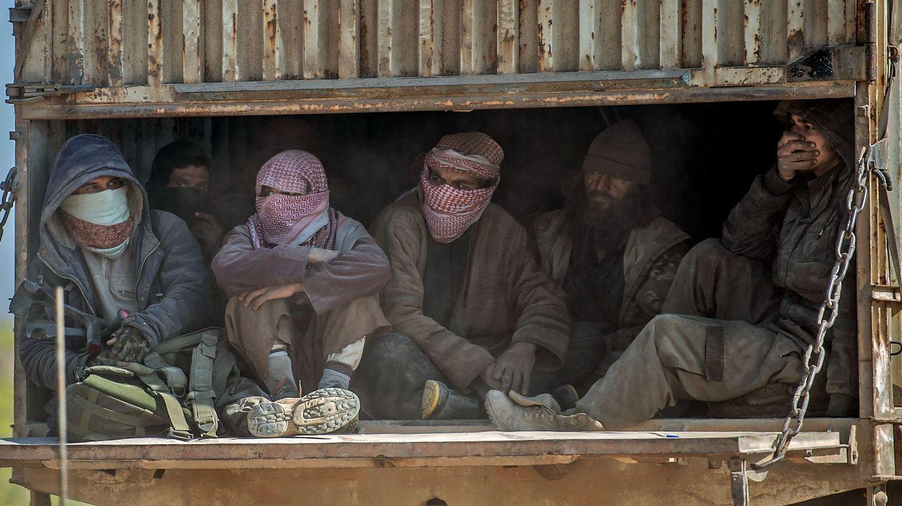 Suelas solidarias.Un buen número de combatientes también salieron de Baghuz a bordo de los camiones