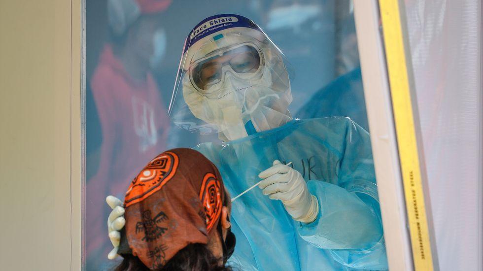 Un sanitario hace la prueba a un mensajero en Manila, Filipinas