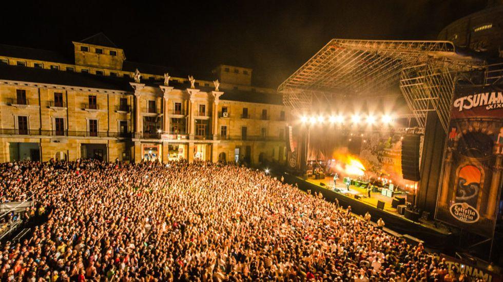 Más de 3 millones de luces de Navidad para iluminar Gijón.Uno de los conciertos de Tsunami Xixón