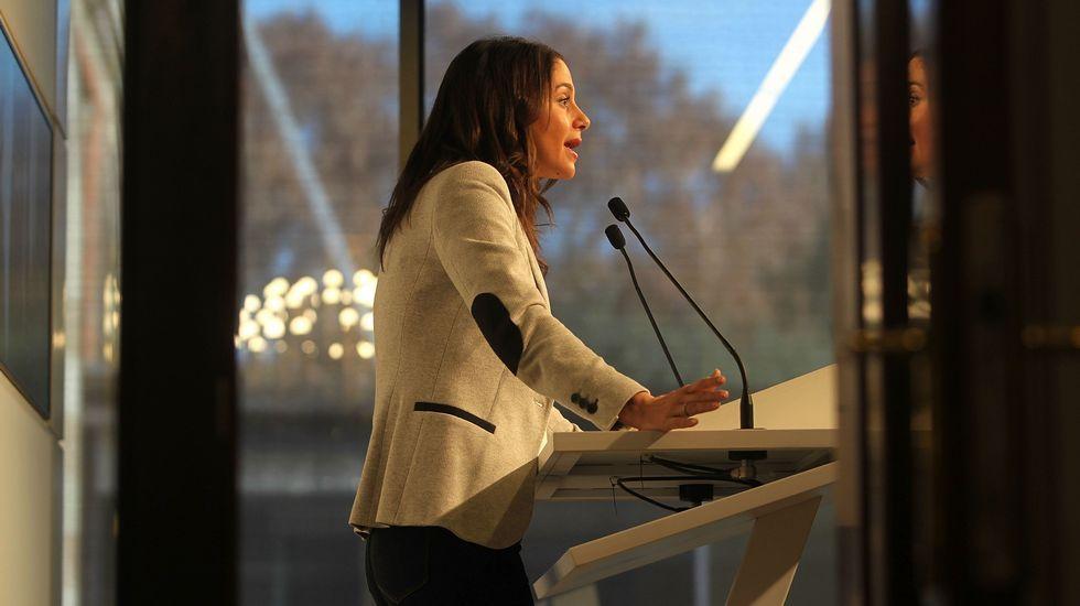 «No es momento para cobardes».Pedro Sánchez, con su mujer en la feria del libro de Madrid