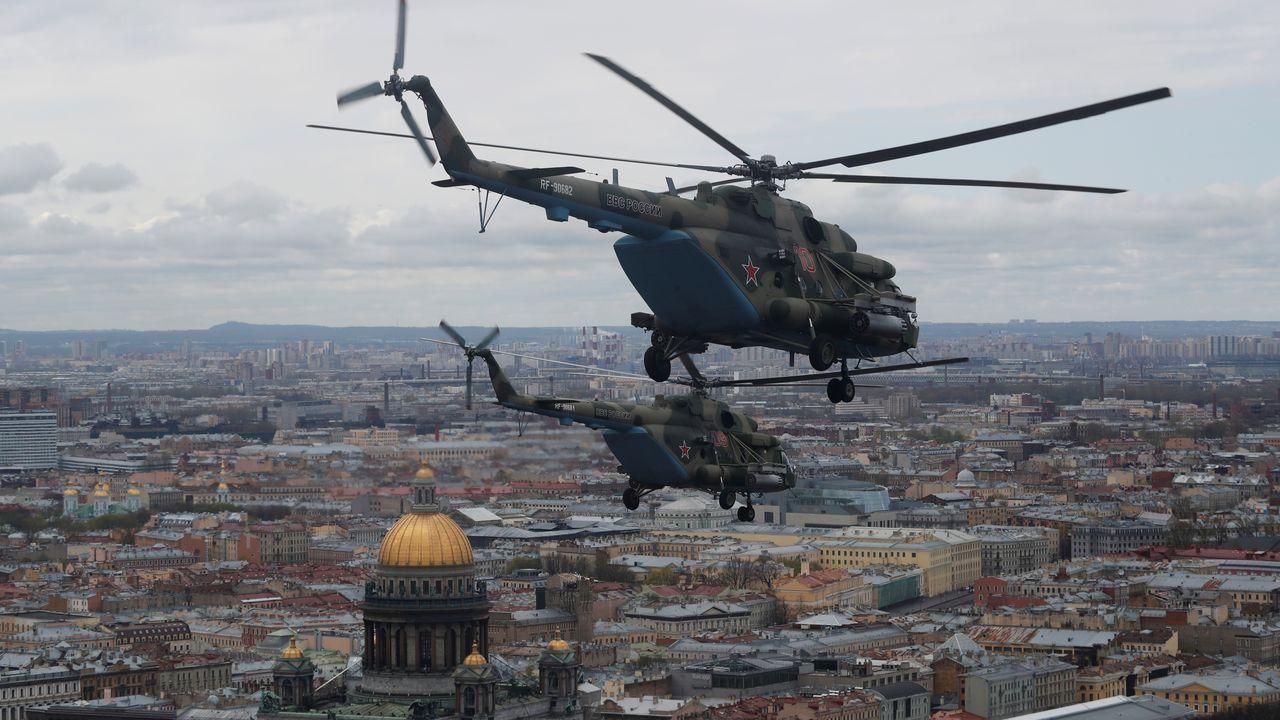 Helicópteros rusos Mi-8 sobrevuelan San Petersburgo en el 75º. anniversario de la victoría sobre la Alemania nazi