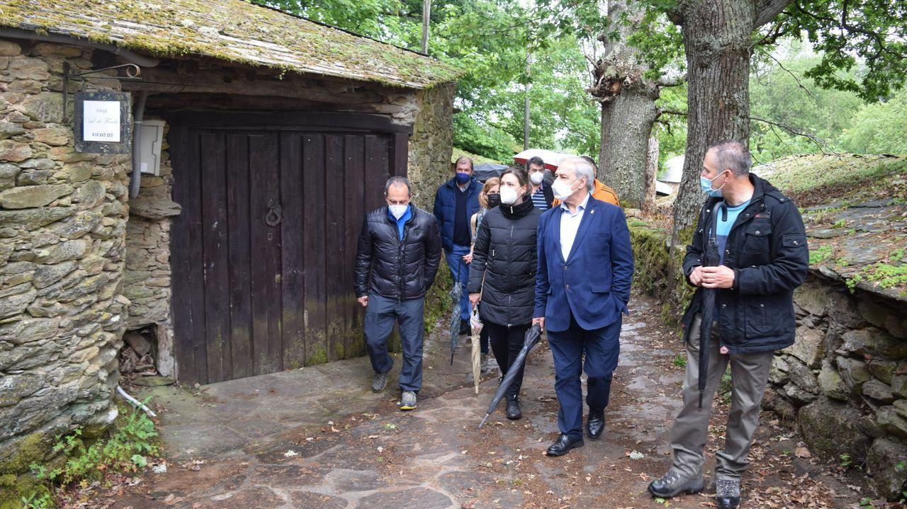 El acto en el que participaron José Tomé y Pilar García Porto comprendió una visita al conjunto de antiguas bodegas de Vilachá de Salvadur