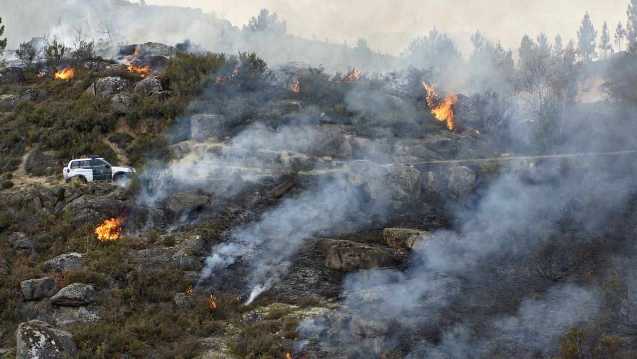Playa fluvial de Tapia-Ames cerrada por contaminación.La abogada Nuria Menéndez de Llano