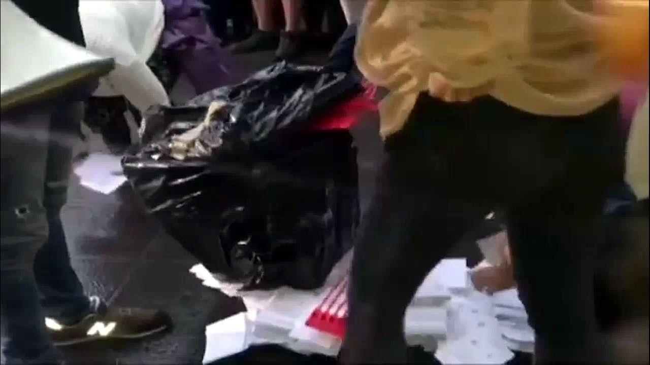 1 de octubre.1 de octubre. Las urnas estaban llenas antes de la votación. El pucherazo se descubrió cuando a los voluntarios que transportaban una urna hacia un centro dispuesto para la votación ilegal se les cayó la bolsa en la que la llevaban y se esparcieron las papeletas por el suelo