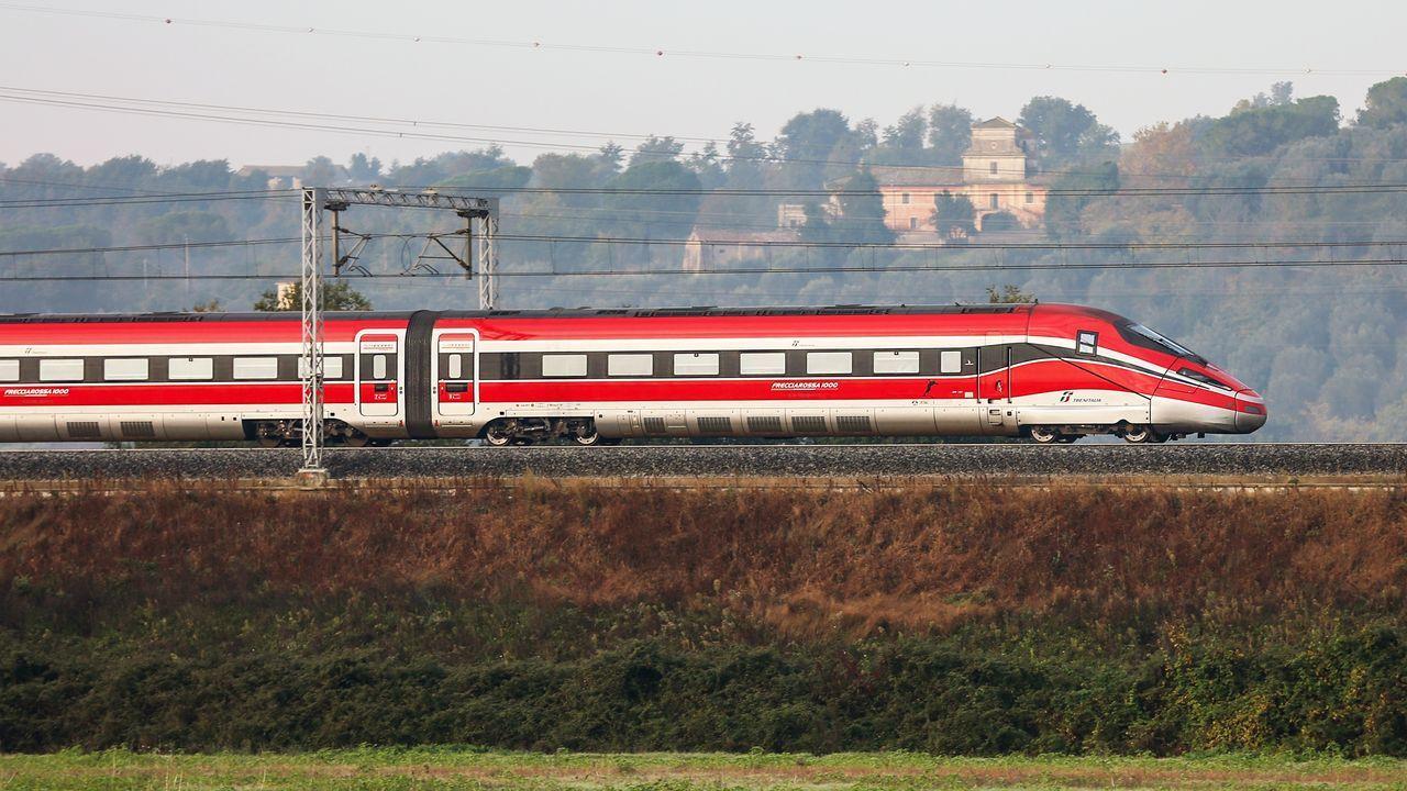 El Black Friday llena las zonas comerciales de A Coruña.Tren con el que Trenitalia explotará líneas de alta velocidad en España
