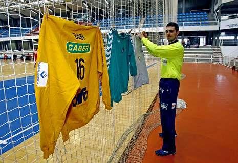 El bolso de la Gioconda.Juan Bar, con la elástica del Teucro, ayer, colgando las camisetas de Argentina, Prato y Bolonia.