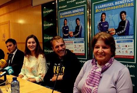 Concentración por el partido judicial en Vigo.Avendaño, a la derecha, en la presentación de la iniciativa solidaria «Creemos en ellas».