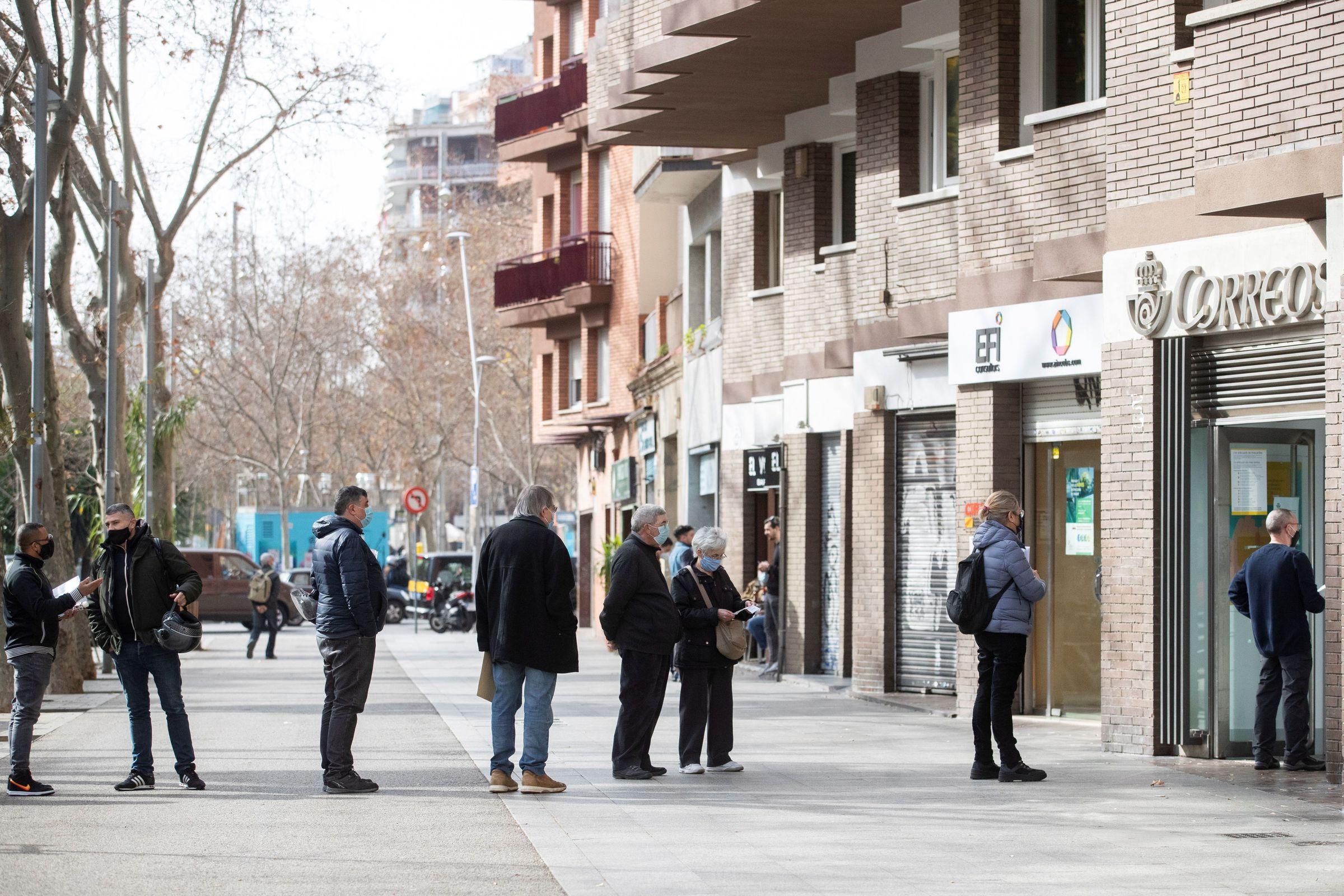 Colas de electores en una oficina de Correos de Barcelona para solicitar su voto