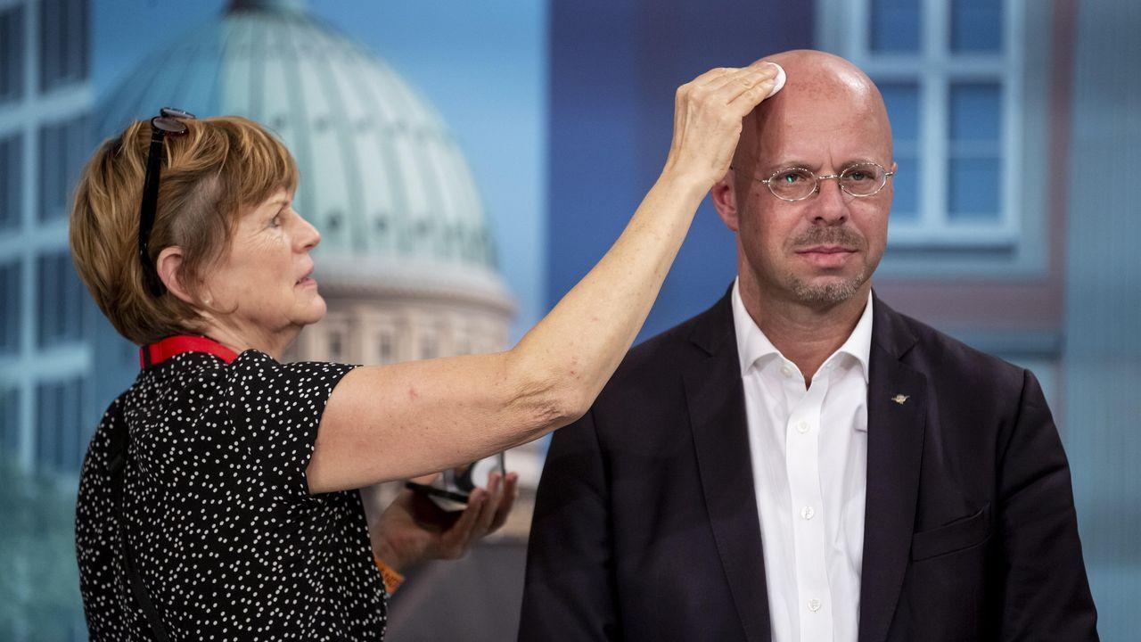 Andreas Kalbitz es maquillado antes de un debate electoral en televisión