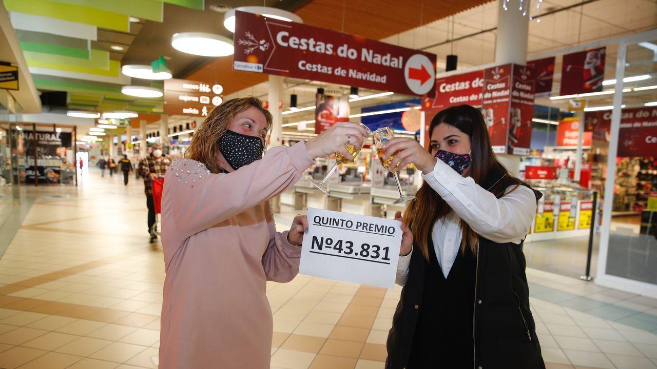 En el centro comercial Carrefour de San Blas, en Pontevedra, se vendió un pellizco del número 43831, uno de los quintos premios