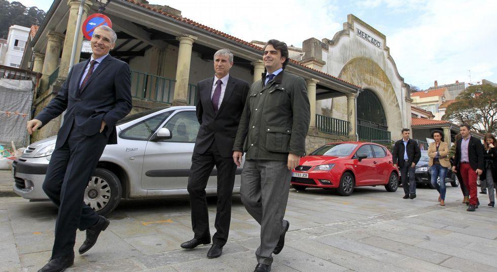 Francisco Cerviño, Diego Calvo y Lois Diéguez frente a los alumnos del centro.
