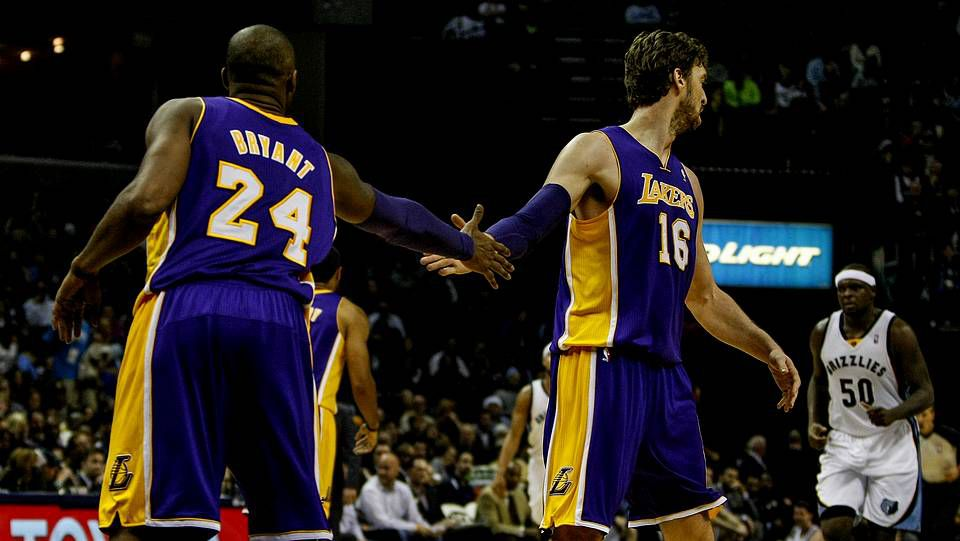 Kobe Bryant y Pau Gasol se saludan en el partido