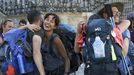 Un grupo de peregrinos se abraza al llegar a la praza do Obradoiro, esta semana