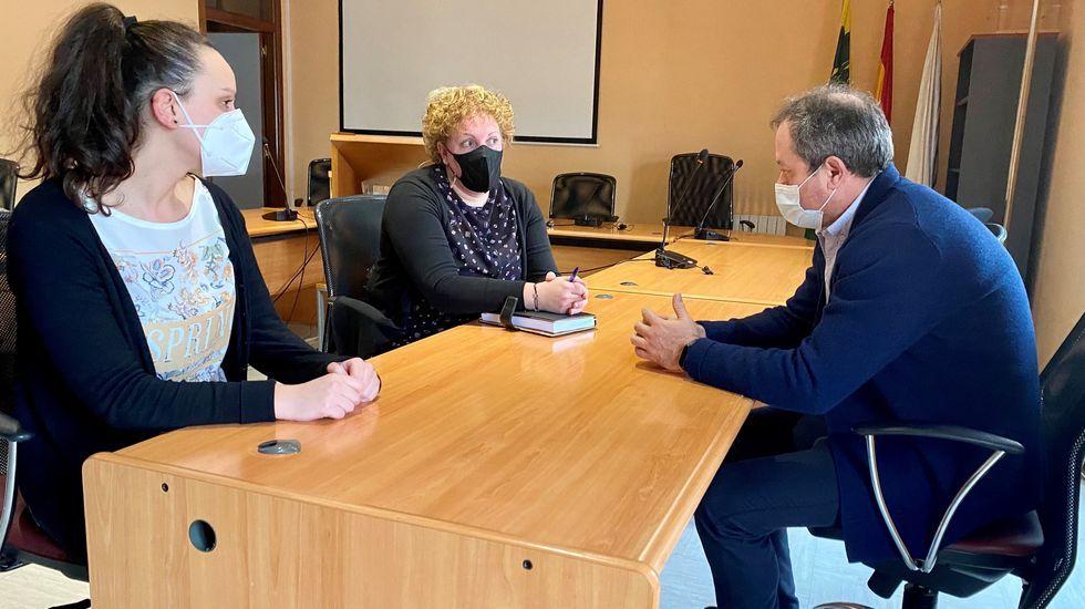 El alcalde se reunió con la educadora social y la orientadora del instituto Daviña Rey