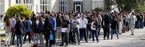 Colas para entregar currículos en Empregalia, la feria de empleo organizada en Vigo el pasado abril, que despertó el interés de miles de ciudadanos.