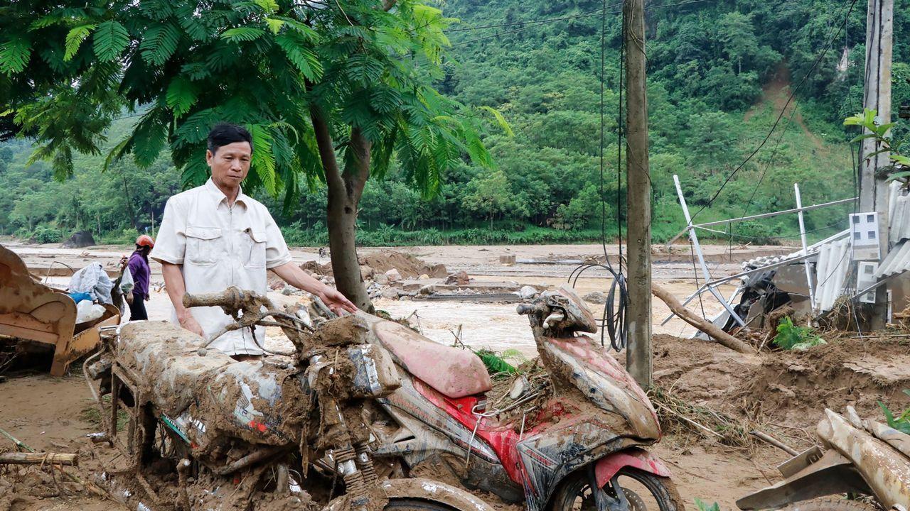 Inundaciones en Vietnam deja20 muertos y 16 desaparecidos.El senador estadounidense John Mccain, fallecido