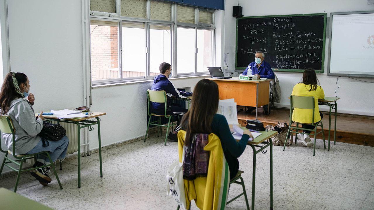 Imagen del mes de junio de alumnos del centro ourensano IES As Lagoas, que acudían a clase para preparar la selectividad. La normativa sanitaria redujo mucho la capacidad de las aulas