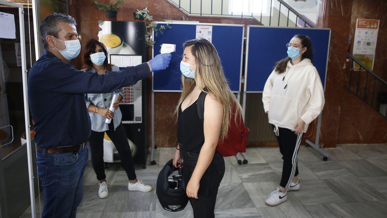 Imágenes de la primera jornada de protestas ante la fábrica de Alcoa en San Cibrao tras el anuncio de cierre de la planta de aluminio.Control de temperatura con un termómetro láser este martes en el IES María Sarmiento, en Viveiro