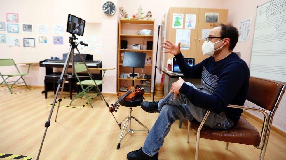 En directo: Sanidade y Educación explican el plan de vacunación de los profesores en Galicia.Imagen de archivo de un profesor de cuerda en el conservatorio de Arousa, Jorge Ortal, dando clases telemáticas