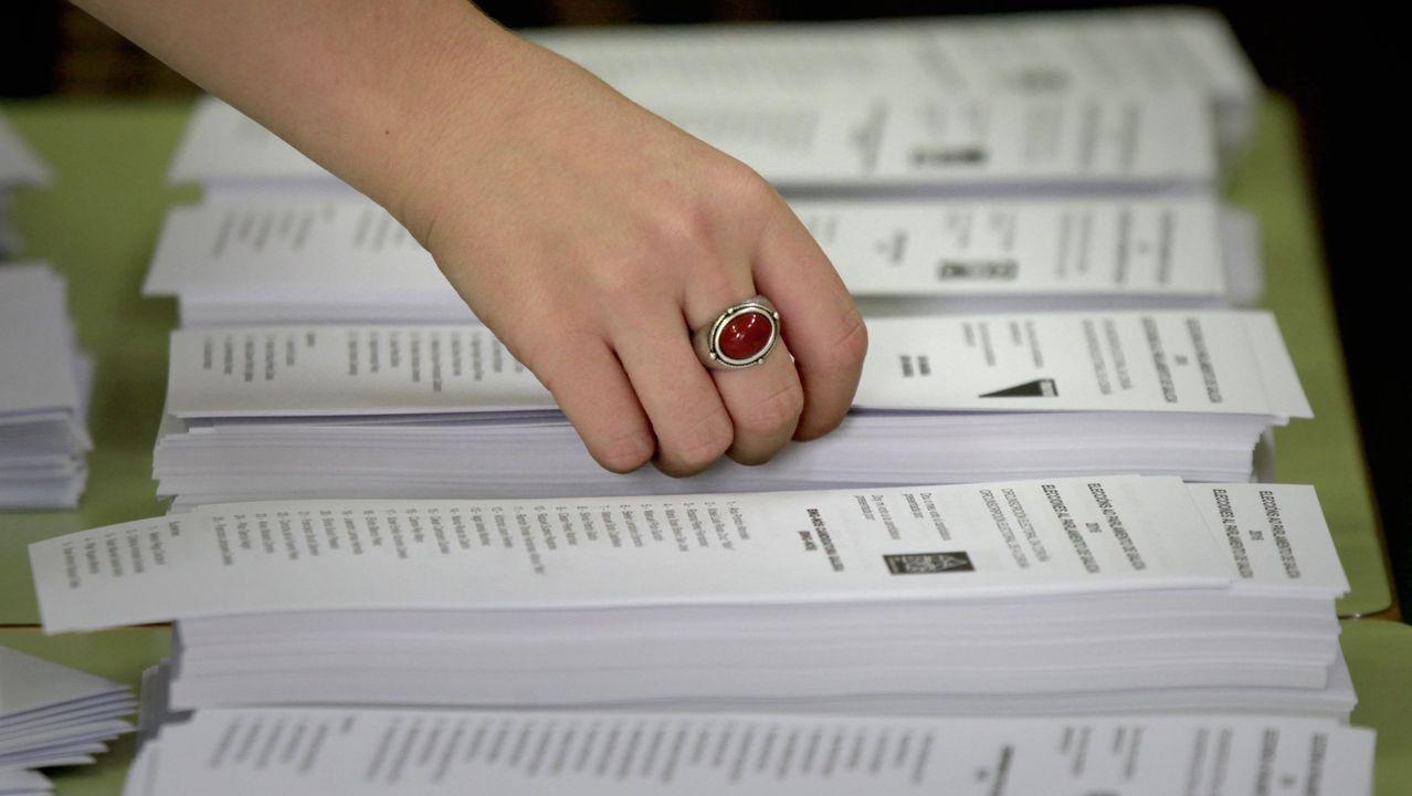 Peinador también desescala: llega el primer vuelo de Canarias.Una mujer introduciendo su voto en las elecciones de Serbia del pasado domingo