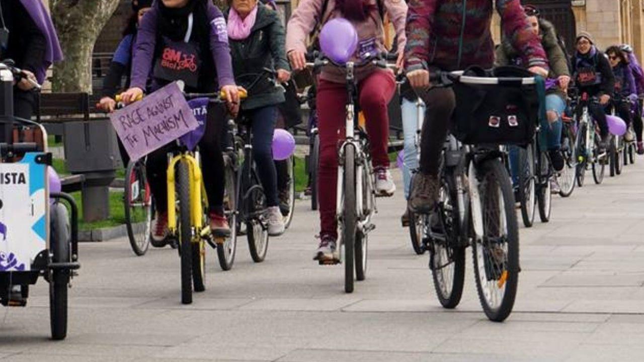 Ciclistas de 8MuyeresenBici, el pasado 8M, en Gijón.Ciclistas de 8MuyeresenBici, el pasado 8M, en Gijón