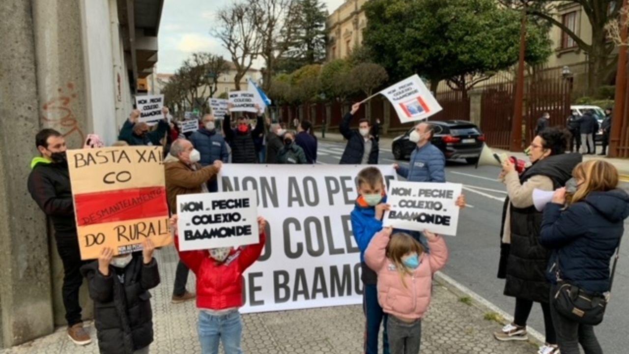 Las familias del colegio de Baamonde protestaron en el exterior del Parlamento