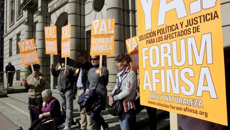 Protesta de Forum y Afinsa.El pleno de A Coruña guardó un minuto de silencio por la última víctima de la violencia machista, en Pocomaco