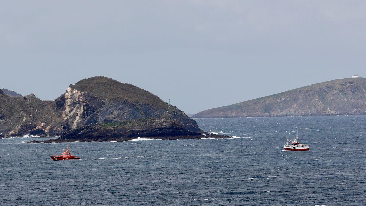 Tripulantes del Pico da Lebre en el puerto de Burela.La Salvamar Alioth y el Nuevo Richard entrando en la ría de Viveiro, minutos después de las dos de la tarde de este lunes