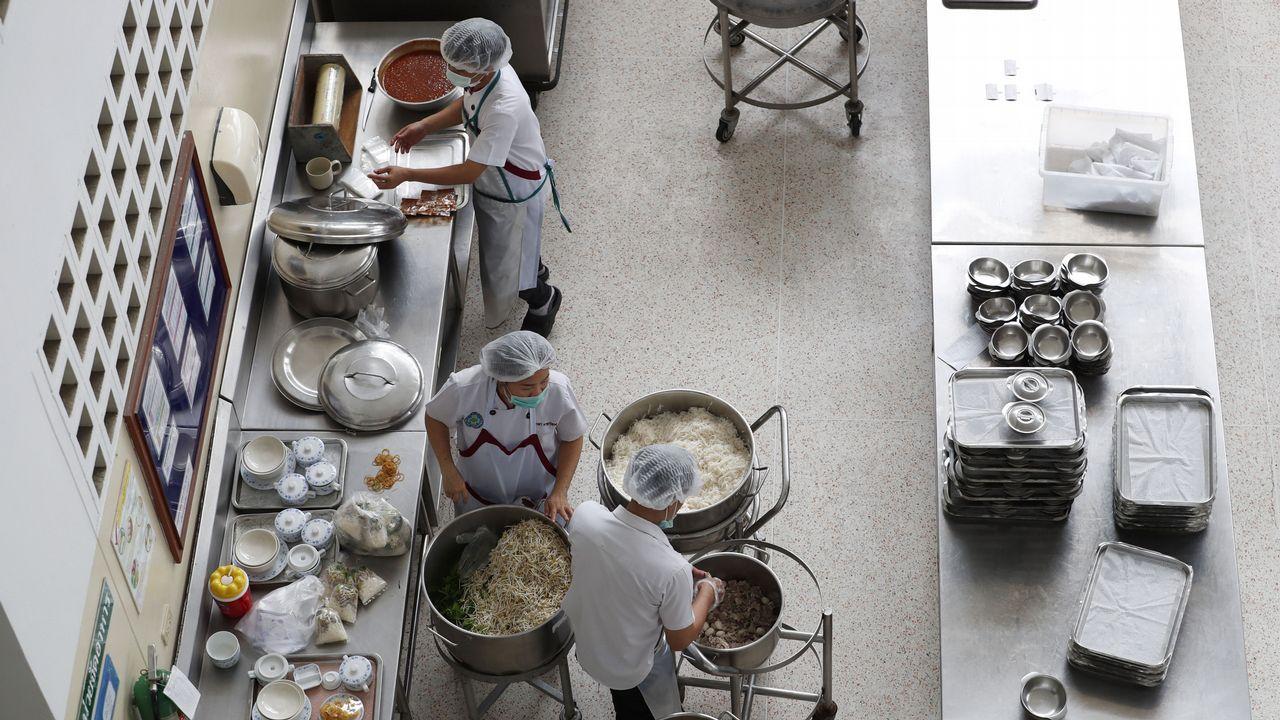 Nutricionistas tailandeses preparan alimentos en el Hospital Chiangrai Prachanukroh, donde se alojan ocho niños de un equipo de fútbol después de ser rescatados de la cueva Tham Luang en la provincia de Chiang Rai