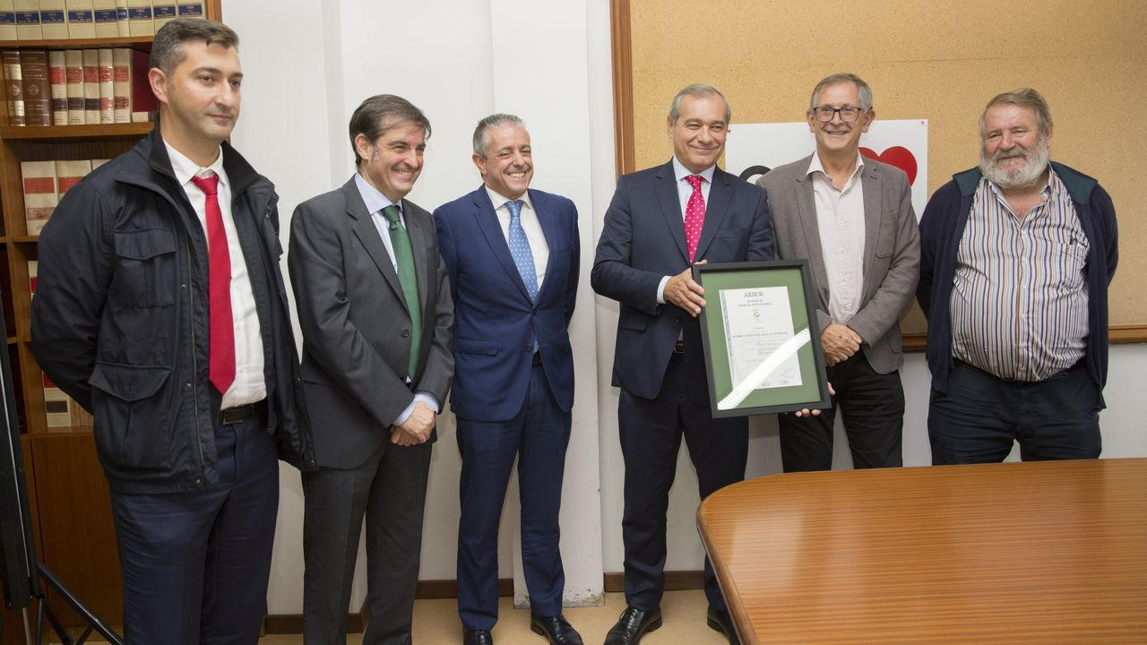 Feijóo promete en Carballo la ampliación del polígono de Bértoa.Exposición de mujeres con cáncer de mama en el Hospital Abente y Lago de A Coruña