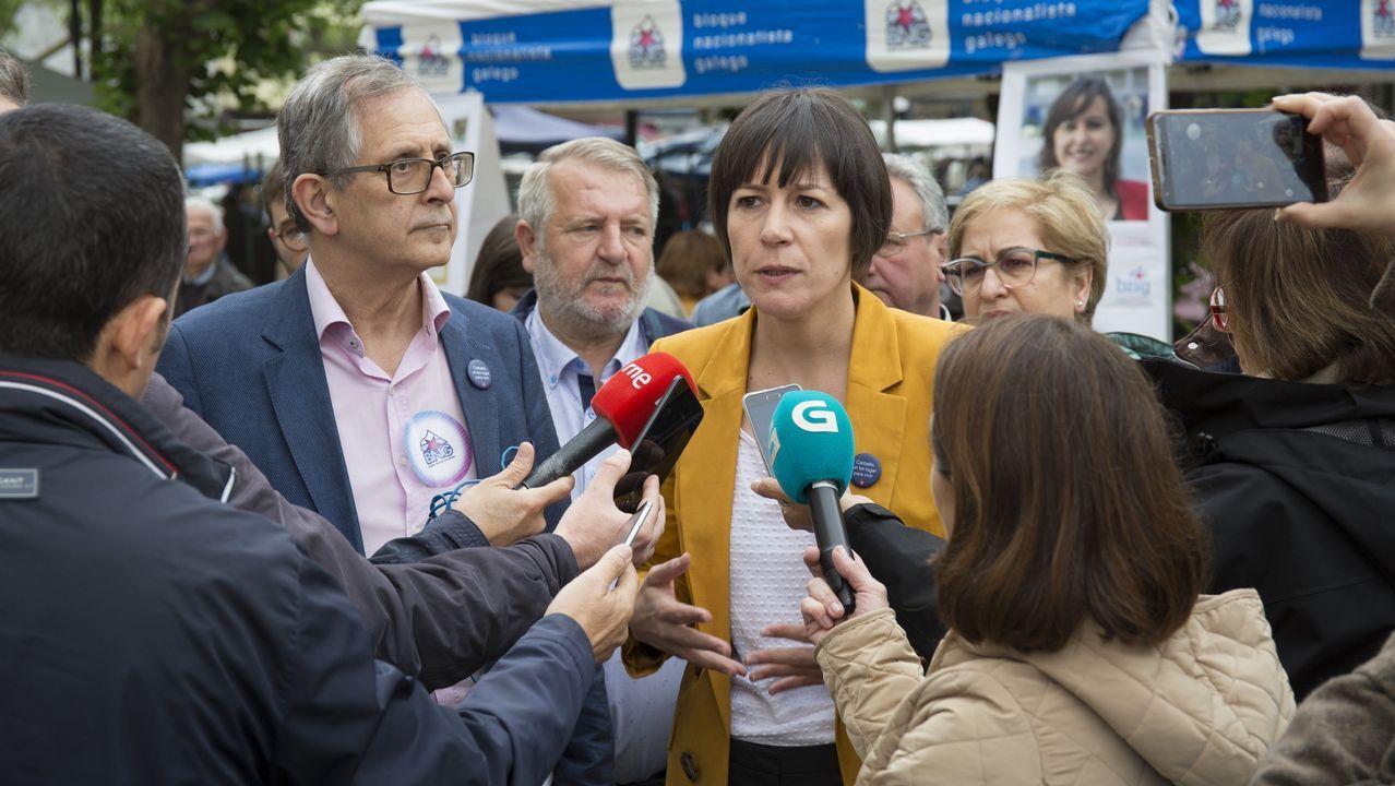 Día de feria en Carballo, también para la política.Pontón, junto a Ana Miranda, candidata a las europeas, y el miembros del Bloque de Barbanza