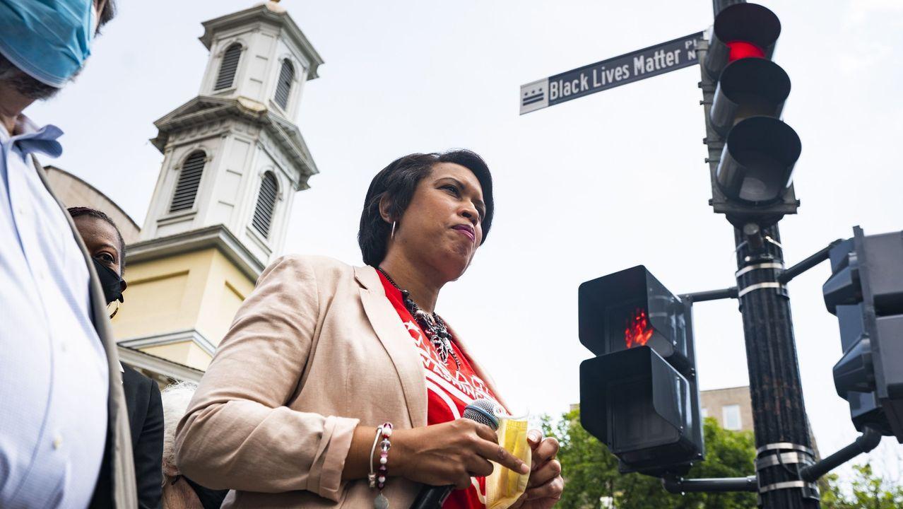 La alcaldes de Washington, Muriel Bowser, en la plaza bautizada como Black Lives Matter