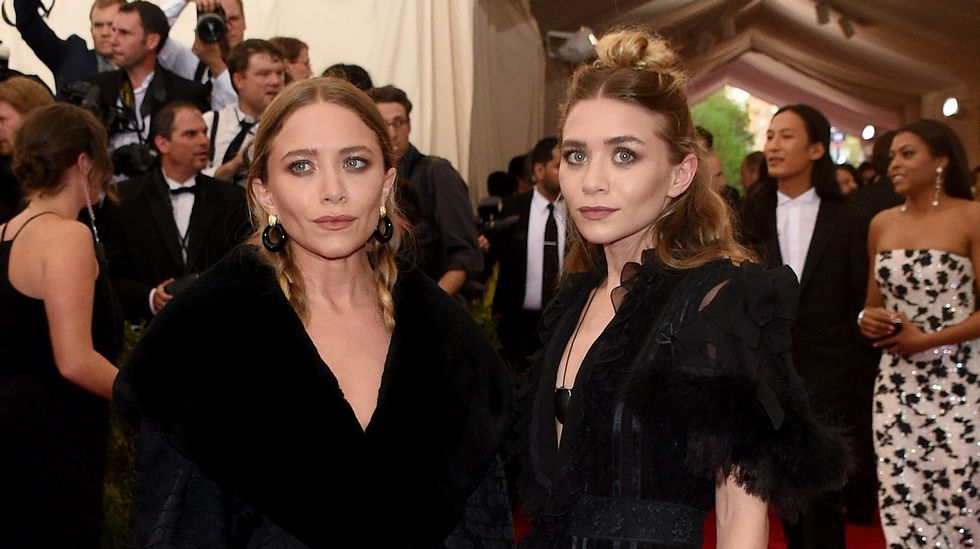 Las hermanas Olsen de negro