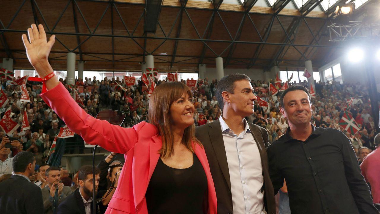 Pedro Sánchez, entre la ya candidata a lendakari para las elecciones del 2020 Idoia Mendia y el alcalde de Portugalete Mikel Torres, en un acto en la localidad vizcaína de Baracaldo