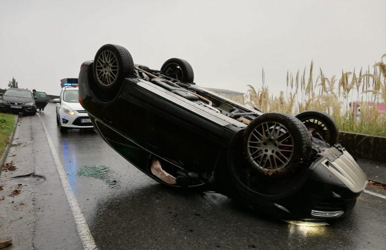 Vuelca un coche en la carretera del Oncológico