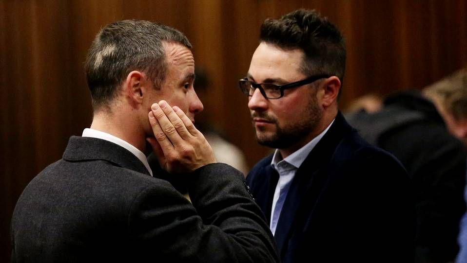 Oscar Pistorius con su hermano Carl durante una de las sesiones del juicio
