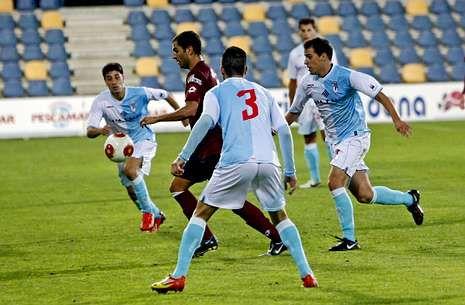 Fran Fandiño intenta controlar un balón presionado por tres jugadores del Compostela.