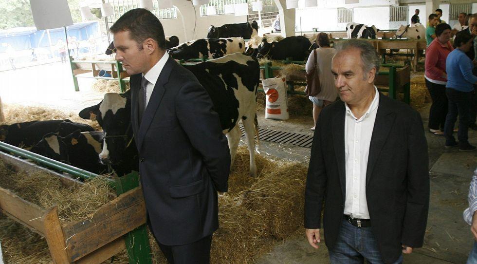 Antonio Crespo, director xeral de Agader, con José López en la Feira da Becerra en A Estrada en el 2013.