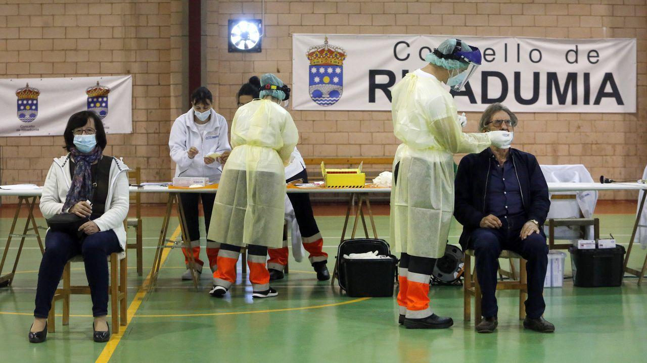 Colas para vacunarse contra el covid en Pontevedra.En varios municipios de O Salnés, como Ribadumia, se están haciendo cribados para detectar infectados asintomáticos