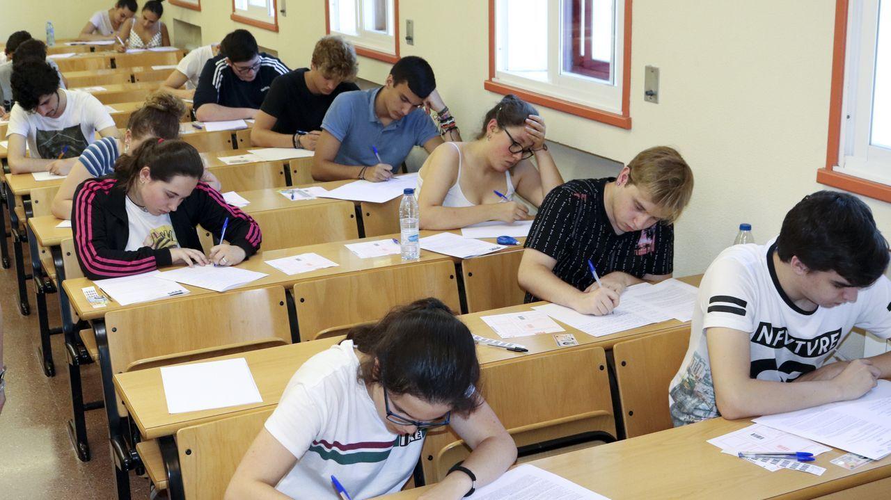 La primera selectividad de septiembre en julio en imágenes.Alumnos entran en el primer examen de selectividad en Pontevedra