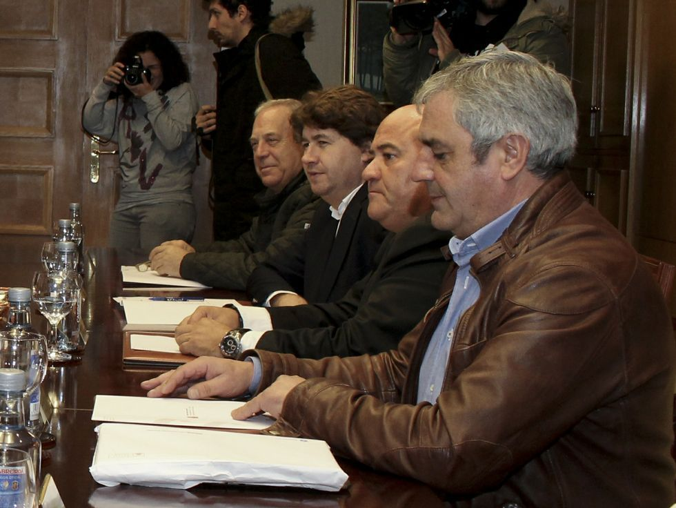 Minuto de silencio.Reunión de los alcaldes en la Delegación del Gobierno.