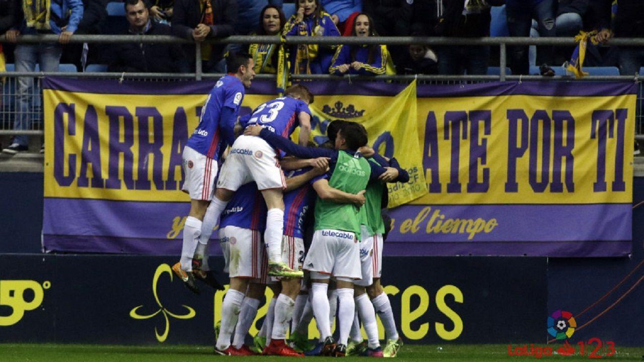 Gol Linares Cadiz Real Oviedo.Los futbolistas del Real Oviedo celebran el gol de Linares al Cadiz la temporada pasada