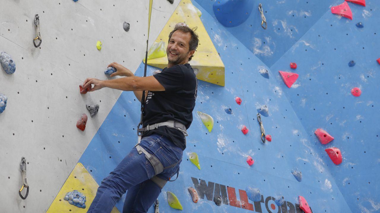 El exciclista santiagués David Blanco, en el centro de escalada Indoorwall, en el polígono de Costa Vella. «Al principio hacía de todo, hasta lijar el pladur. Ahora llevo mucha gestión», aclara divertido. «La parte social es importante. Cada vez a más gallegos les pica la curiosidad», remarca
