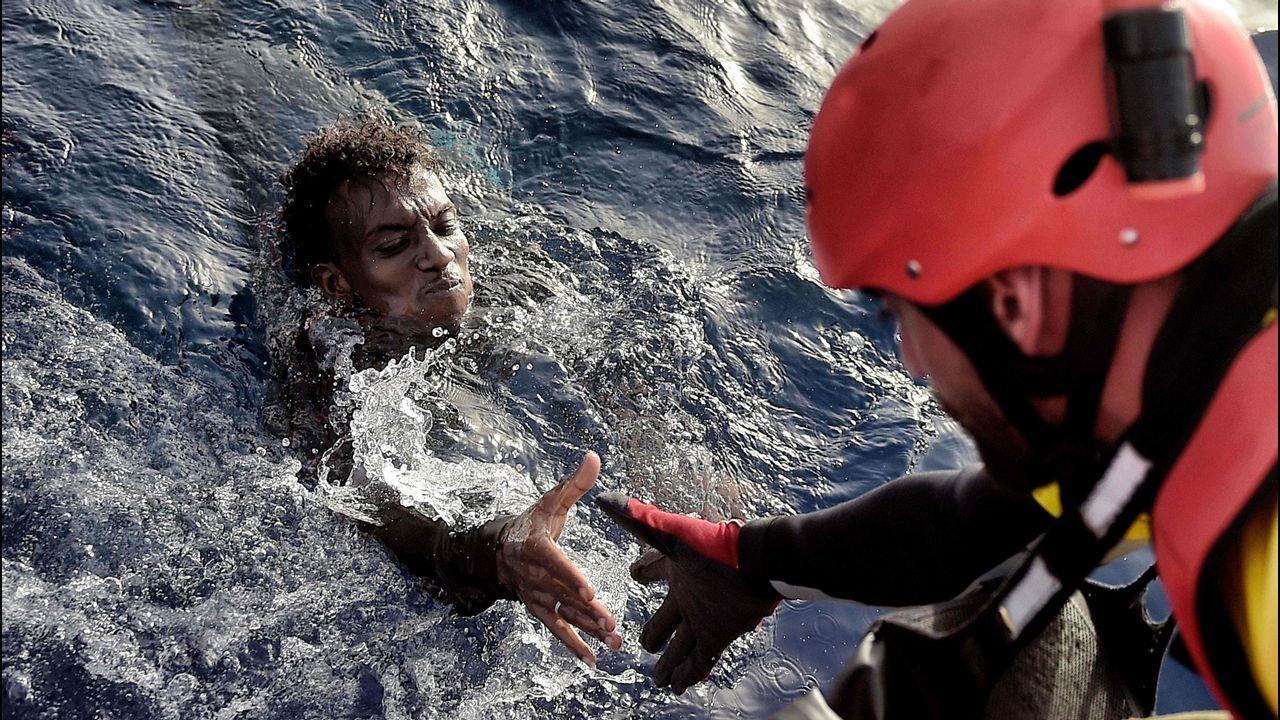Bardem en la Antártida.Un activista de Proactiva Open Arms auxilia a un migrante en aguas del Mediterráneo