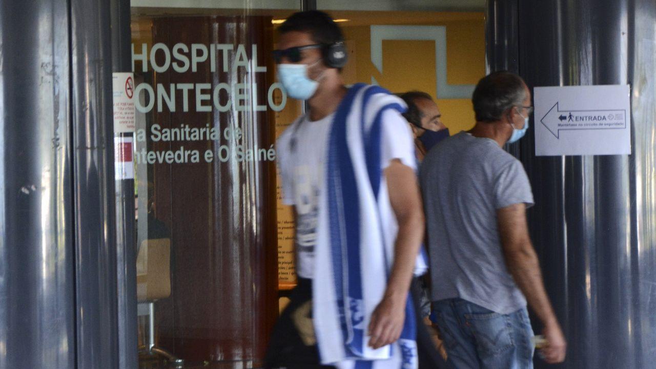 Usuarios, en la entrada del Hospital Montecelo, en Pontevedra, este mes de agosto