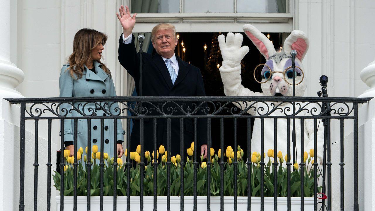 Donald y Melania Trump, acompañados de un conejo saludan desde un balcón de la Casa Blanca durante el Lunes de Pascua