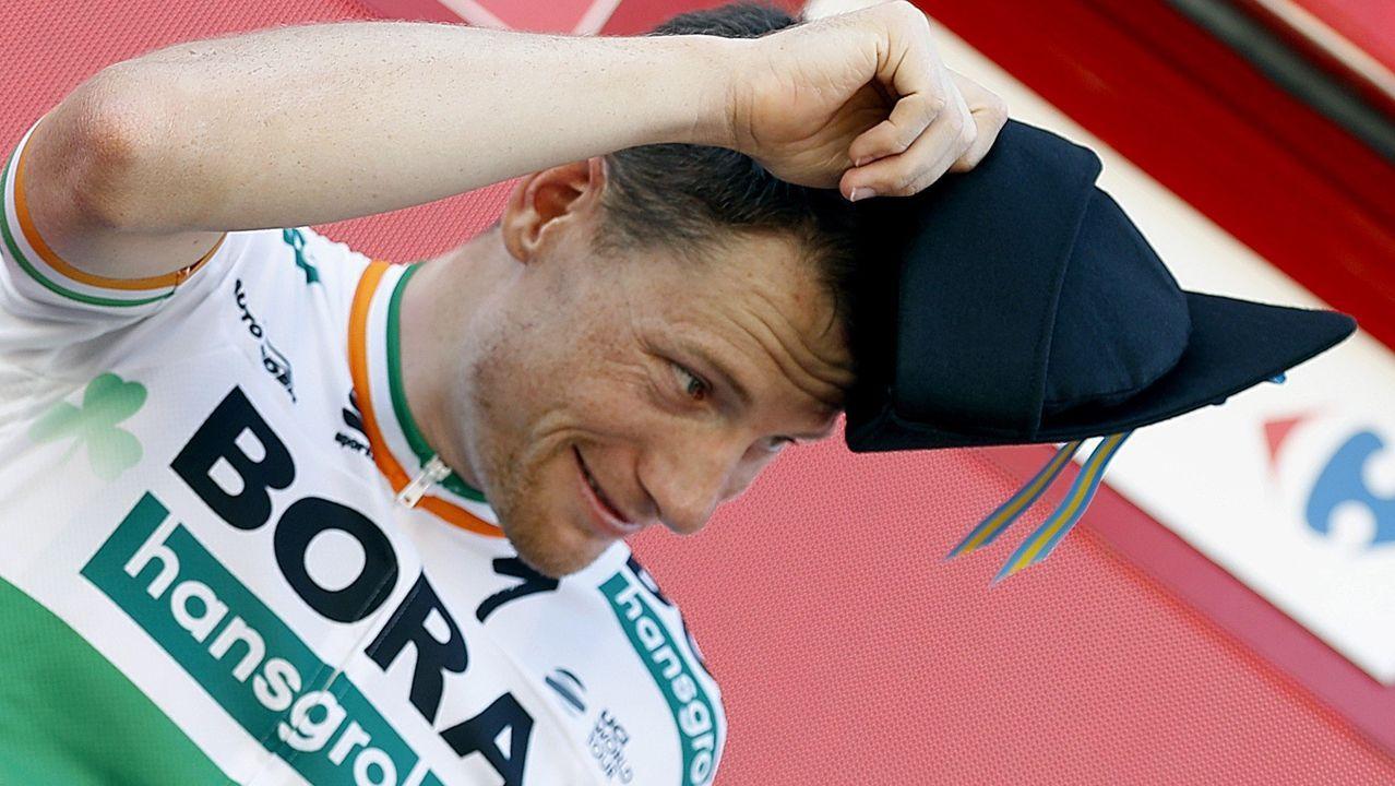 El ciclista irlandés del equipo Bora, Sam Bennett, en el podio tras haberse proclamado el vencedor de la decimocuarta etapa de la 74 Vuelta a España 2019, con salida en la localidad cántabra de San Vicente de la Barquera y meta en Oviedo, con un recorrido de 188 kilómetros.