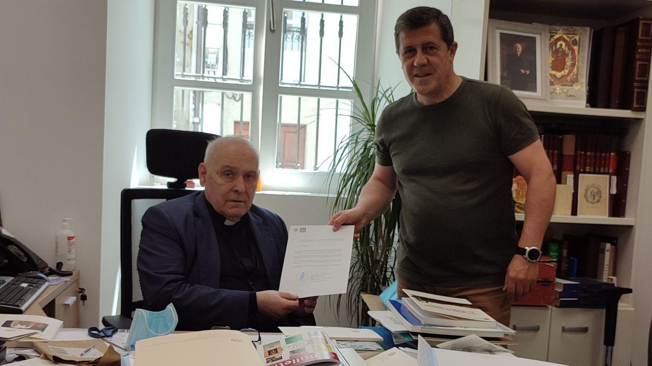El canónigo delegado de Peregrinaciones, Segundo L. Pérez, con el presidente de la Asociación Amigos del Camino del Mar, Manuel Vicente, en Santiago