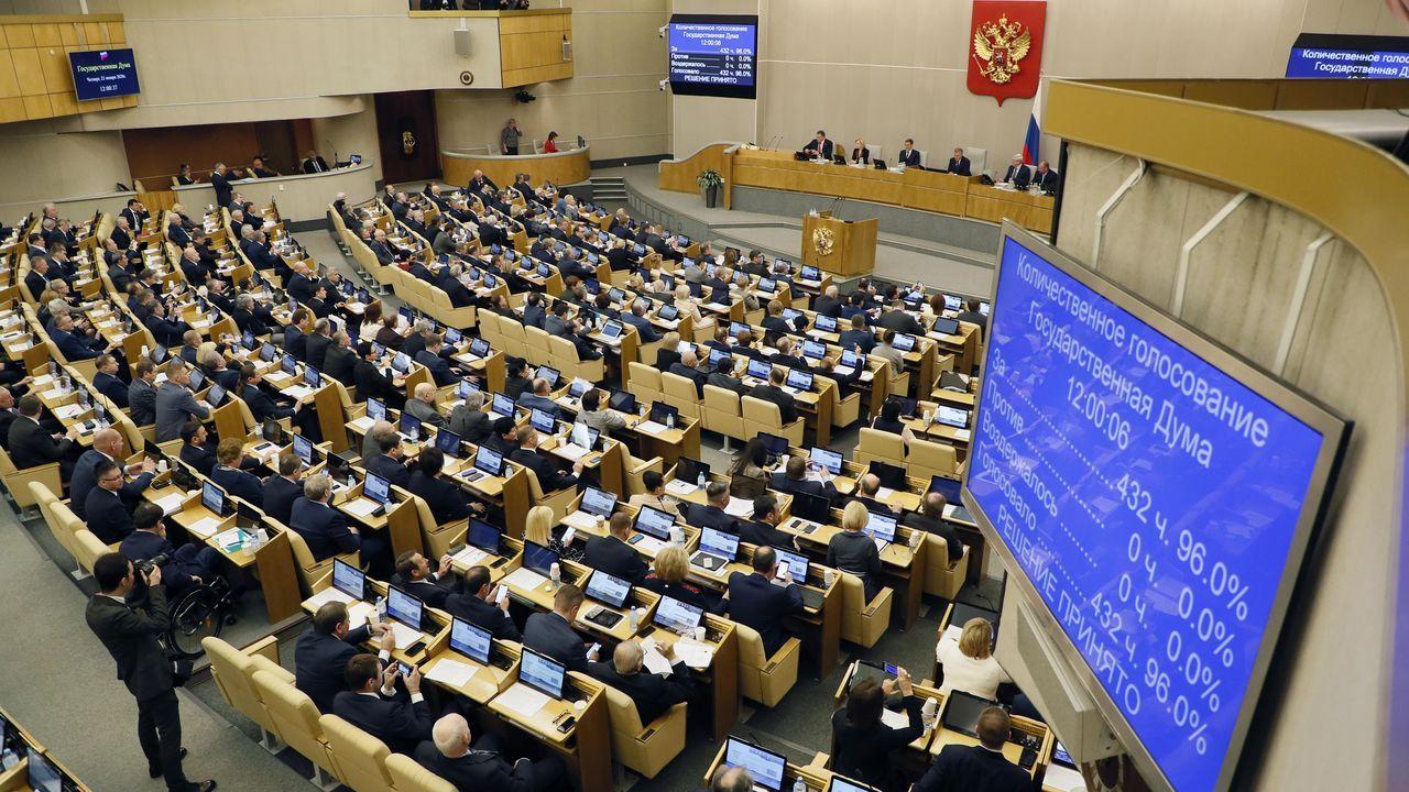 Los diputados rusos aplauden tras la aprobación de la reforma